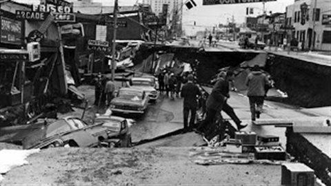 Une scène du tremblement de terre de l'Alaska du 27 mars 1964. La quatrième avenue à Anchorage s'est effondrée quand le sol a chuté de 11 pieds (3.3 m) verticalement et s'est tassé horizontalement sur 14 pieds (4.3 m). (US Geological Survey)