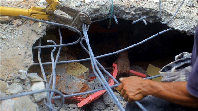 Los voluntarios están trabajando duro para rescatar a quienes estén aún atrapados bajo los escombros
