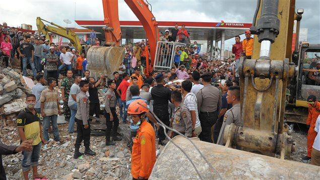 Imagen de los equipos de rescate desplegados en Aceh, Indonesia