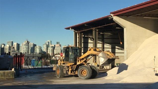 Selon la Ville de Vancouver, deux tonnes de sel ont été épandues depuis les derniers jours, comparativement à une tonne l'an dernier.