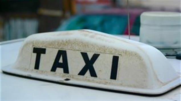Une enseigne de voiture de taxi