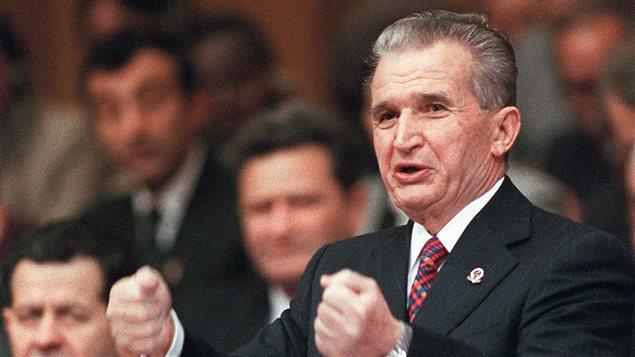Nicolae Ceausescu brandissant les poings le 24 novembre 1989 lors de l'une de ses dernières apparitions au Parlement.