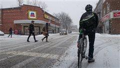 Un cycliste à une intersection, l'hiver.