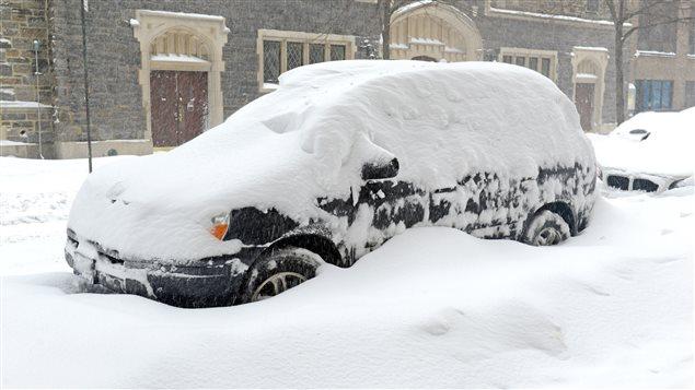 Un véhicule utilitaire sport couvert de neige
