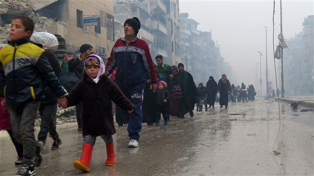 Des Syriens fuient les violences à Alep