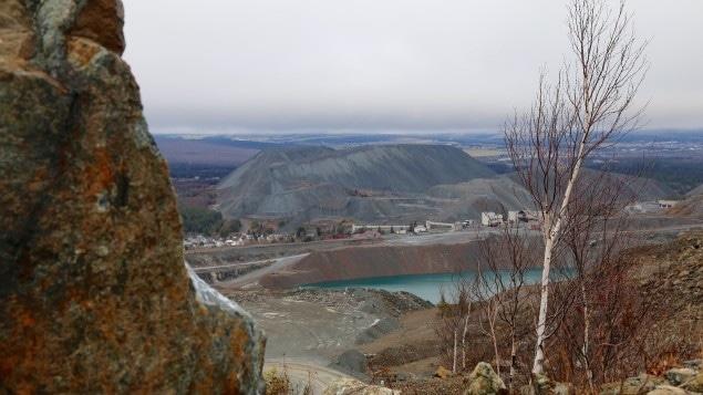 Les montagnes de résidus miniers sont nombreuses à Thetford Mines.