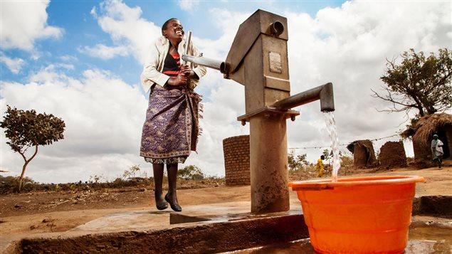 Niña de Malawi utiliza una bomba instalda por Unicef recientemente en el pueblo de Chikosa.