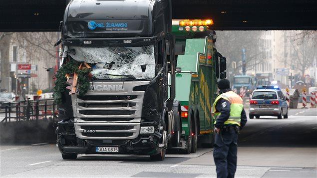 Le camion qui a percuté mortellement une foule rassemblée lundi soir près d'un marché de Noël à Berlin est remorqué
