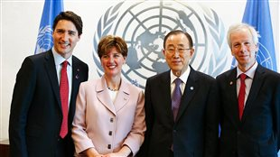 Le Premier ministre canadien, Justin Trudeau, la ministre canadienne de développement international Marie-Claude Bibeau, le Secrétaire général des Nations Unies, Ban Ki-moon, et le ministre canadien des Affaires étrangères Stéphane Dion