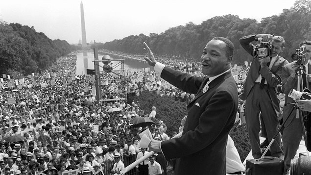 Martin Luther King salue la foule durant la marche sur Washington, le 28 août 1963.