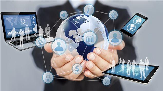 Image infographique : autour d'un globe terrestre gris et bleu, un réseau d'icônes représentant téléphone, recherche, chat, etc. Dans ce réseau, il y a aussi des images d'ordinateur portable, de téléphone intelligent et d'une tablette. Derrière, un homme en veston cravate tient le tout dans ses mains...
