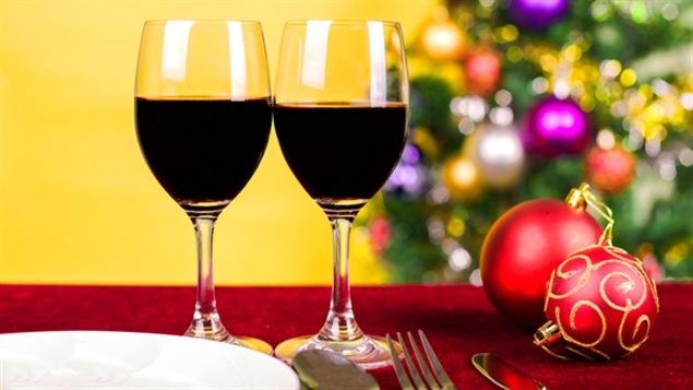 Des verres de vin dans un décor de Noël