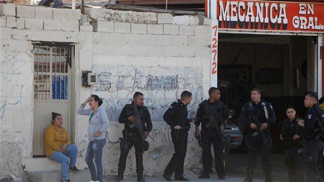 (Imágenes de Archivo) Dos mujeres de Ciudad Juárez esperan junto a los policías -el pasado 16 de diciembre- cerca del lugar donde fueron asesinados dos hombres. La violencia en Ciudad Juárez dejó 5 muertos esta navidad.