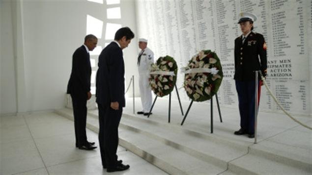 Le président américain Barack Obama, en compagnie de son homologue nippon, Shinzo Abe, sur le site de Pearl Harbor, à Hawaii