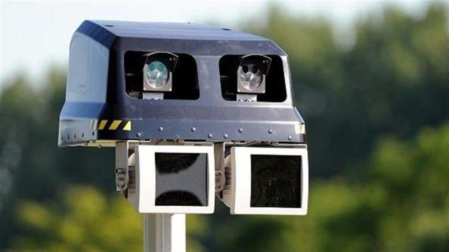 Les radars photo peuvent être fixes ou mobiles. Le radar prend un cliché du numéro d'immatriculation de l'automobiliste contrevenant et l'amende lui est envoyée par la poste. Photo : Getty Images/(Philippe Huguen/Getty Images)