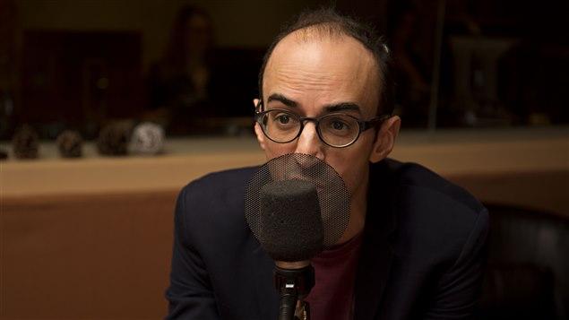 L'auteur québécois David Clerson parle de son roman En rampant à Médium large.