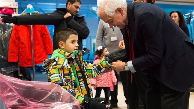 وزير الهجرة الكندي جون ماكالوم يستقبل لاجئين سوريّين وصلوا إلى كندا
