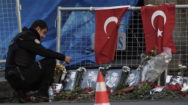 Des fleurs devant la boîte de nuit Reina, à Istanbul.