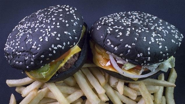 Les aliments noirs, brûlés, carbonisés ou cuits au charbon seront de plus en plus servis dans les restaurants en 2017, selon Lesley Chesterman.