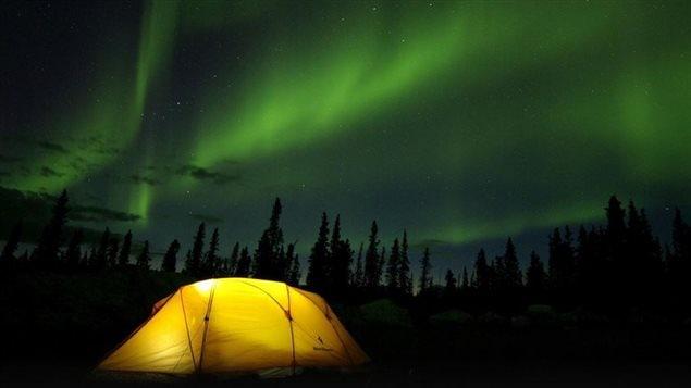 aurores boréales au-dessus d'une tente du voyagiste yukonnais Terre boréale