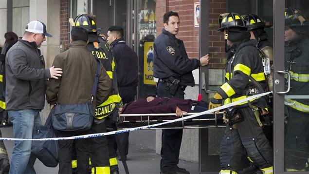 Un pasajero herido es llevado por los bomberos fuera de las instalaciones del Atlantic Terminal de Brooklyn, Nueva York, luego de un accidente de tren que dejó más de 100 heridos.