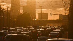 Des voitures sont bloquées dans un embouteillage au coucher du soleil à Moscou, en Russie, le 4 juin 2015.REUTERS / MAXIM SHEMETOV / PHOTO DE FICHIER