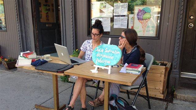 Julie Sarrazin qui aide une cliente.