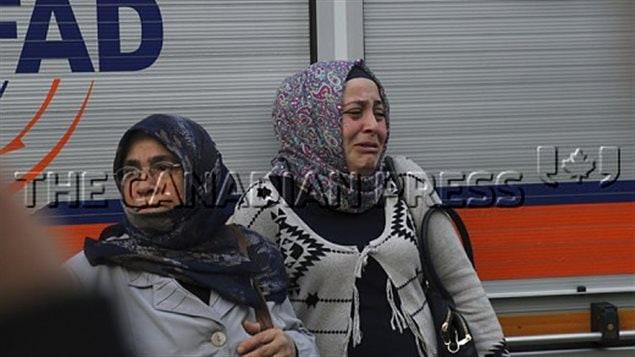 سيّدتان متأثّرتان على مقربة من موقع الهجوم الذي استهدف ملهى رينا في اسطنبول