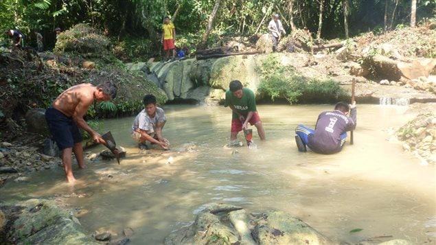 Indígenas de la región amazónica peruana trabajando para llevar agua a sus comunidades y familias. La organización canadiense Les Ailes de l'Espérance -Alas de la Esperanza- los acompaña y los ayuda con el financiamiento y los expertos.