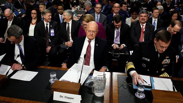 Le directeur du renseignement américain James Clapper devant le Comité sénatorial sur  les Forces armées afin de témoigner sur la question des menaces cybernétiques étrangères contre les États-Unis, 5 janvier 2017