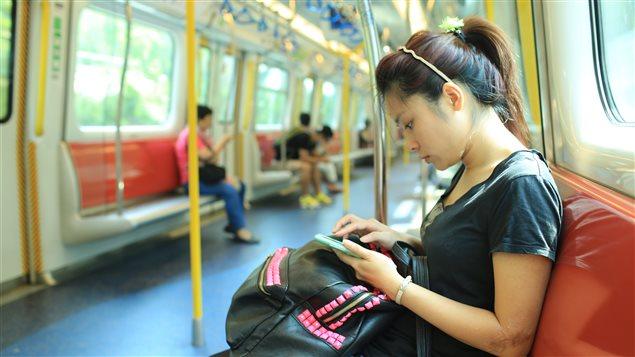 Un femme utilisant un téléphone mobile en Chine