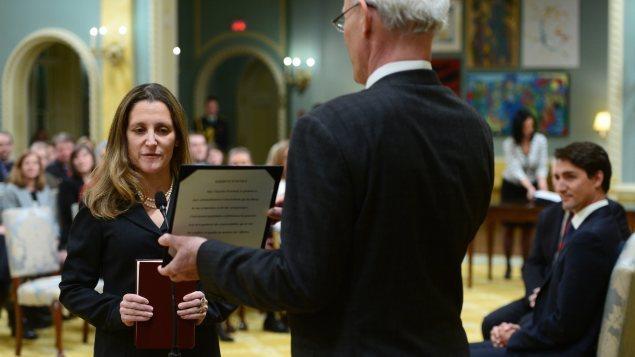 Chrystia Freeland est assermentée à titre de ministre des Affaires étrangères du Canada, sous l'oeil du premier ministre Justin Trudeau.