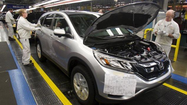 """عمال """"هوندا"""" في إحدى منشآت الشركة في أليستون في أونتاريو يتحققون من جودة سيارات """"سي آر في"""" (أرشيف)."""