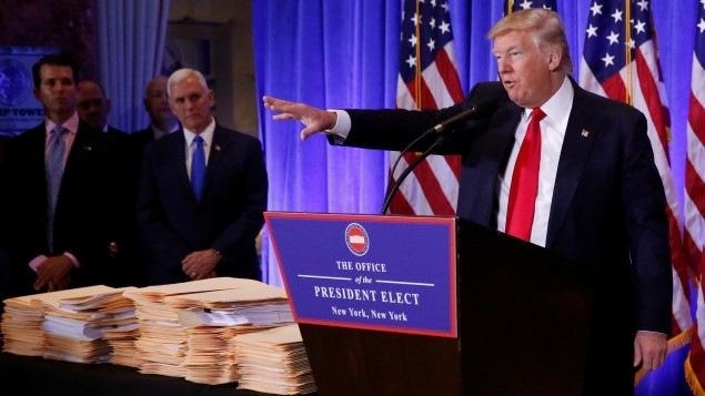 Donald Trump, en conférence de presse mercredi. En arrière-plan, son gendre devenu conseiller, Jared Kushner, et son vice-président, Mike Pence.
