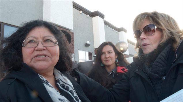 简.方达与土著人反油砂矿活跃人士里斯女士在一起