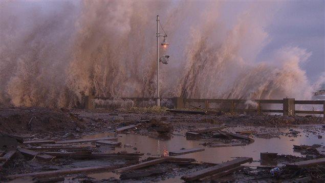 La Côte-Nord et la Gaspésie sont aux prises avec des tempêtes successives depuis quelques semaines. Ici, par exemple, le quai de la ville de Percé subit les assauts violents de la mer depuis le début de la semaine.