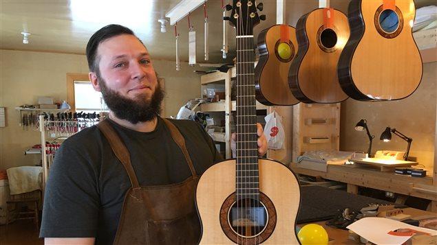 Le luthier Alexandre Bélanger met jusqu'à 400 heures pour confectionner une guitare