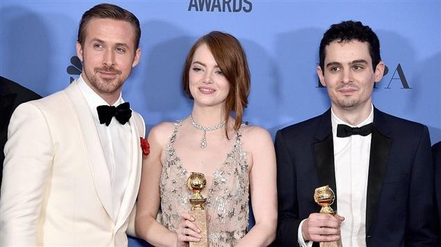 Le réalisateur Damien Chazelle, à droite, en compagnie des deux comédiens principaux de <i>La La Land</i>, Ryan Gosling et Emma Stone