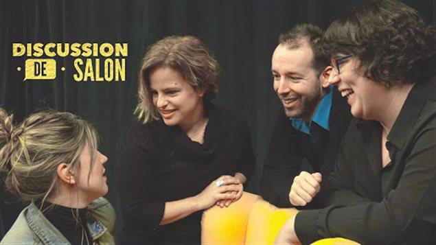 L'animatrice Jhade Monpetit avec trois ses chroniqueurs de Discussion de salon autour d'un fauteuil de couleur jaune.