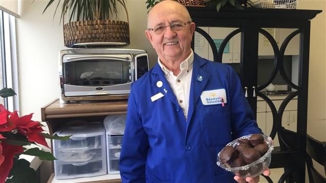 Le bénévole Roger Landry et ses muffins