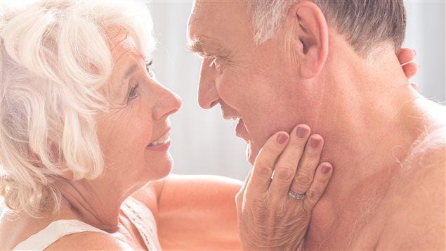 Deux personnes âgées en amour
