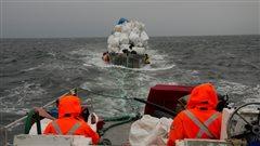 L'équipage de la Ocean Legacy Foundation remorque des débris marins de la Côte Ouest de l'Ile de Vancouver.