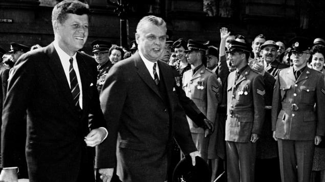 John F. Kennedy et le premier ministre John Diefenbaker lors de la visite officielle du président américain au Canada, en 1961.
