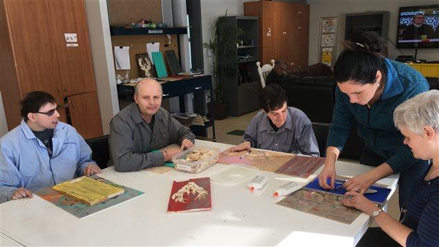 Les personnes handicapées participent à un atelier de bricolage à la Maison Maguire