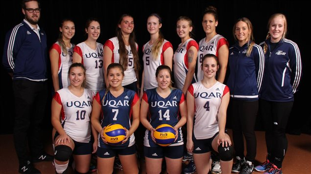 Photo de groupe de l'éqipe féminine de volley-ball de l'UQAR