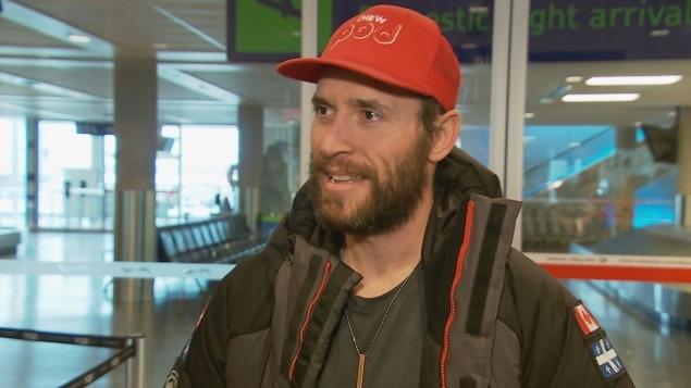 Sébastien Lapierre à son arrivée à l'aéroport de Québec Photo.