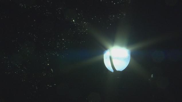 Un lampadaire muni d'une ampoule DEL.