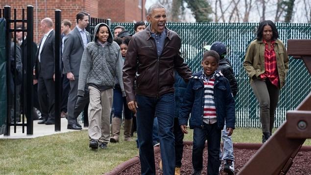 Barack et Michelle Obama lors d'une visite dans un parc nommé en leur honneur, le 16 janvier à Washington