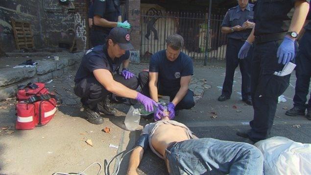 Les pompiers vancouvérois Jason Lynch et Jay Jakubec essaient de réanimer un homme dans le Downtown Eastside qui a déjà reçu deux doses de Narcan après avoir fait une overdose de Fentanyl.