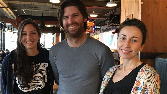Des membres du collectif BC Tiny House, Samantha Gambling, Callahan Tufts et Anastasia Koutalianos.